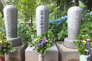 Antaiji: al centro la tomba di Watanabe, a destra quella di Uchiyama, a sinistra quella di Miyaura